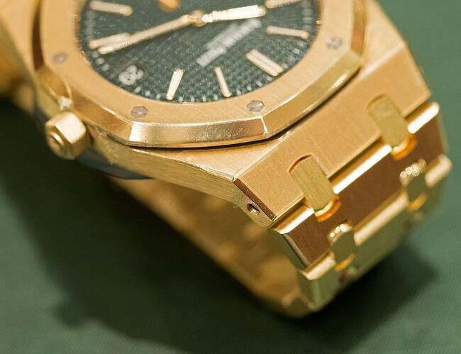Audemars-Piguet-Royal-Oak-Extra-Thin-The-Hour-Glass-Yellow-Gold_