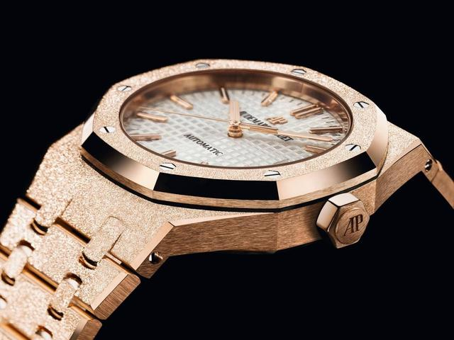 Frostgold copy Audermas Piguet watches present us shining feelings.