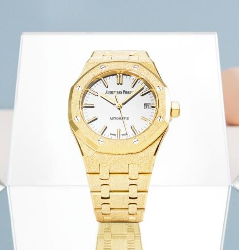 Golden fake watches are shining like diamonds.
