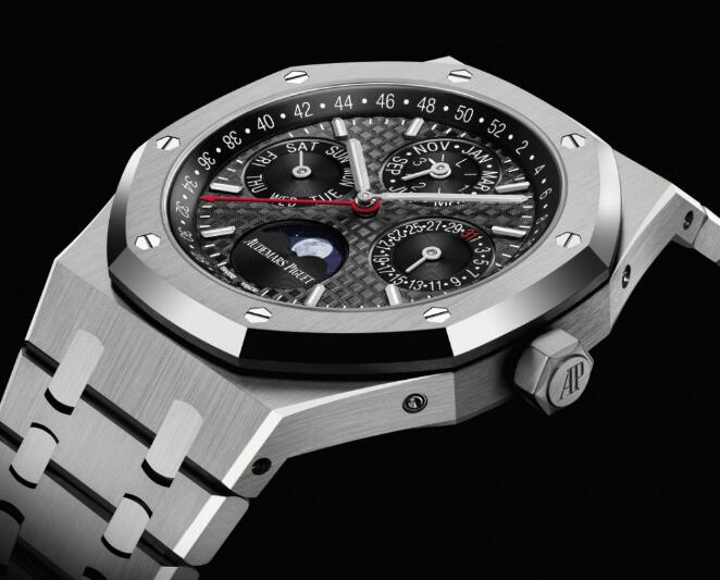Made by the titanium, this new Titanium Audemars Piguet is very light.